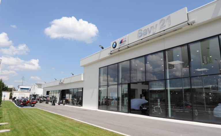 Concession BMW - Showroom moto rafraîchi par deux rooftops adiabatiques