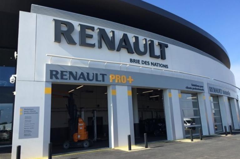 Vue de l'extérieur du nouveau garage Renault