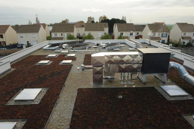 Groupe scolaire Guignes 77 - Toiture terrasse en partie végétalisée et accueillant 15 m² de capteurs solaires