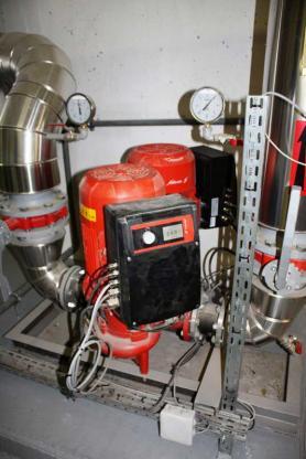 Ces pompes en tandem de 85 m3/h et d'une capacité de 15 mCE suffisent pour fournir la force motrice à l'entrée des six hydroéjecteurs qui assurent la circulation de l'eau de chauffage dans les circuits secondaires.