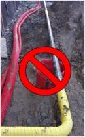 Canalisation enterrée avec un liseré jaune interdite d'emploi.
