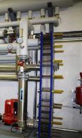 Le circuit secondaire d'alimentation du chauffage des bâtiments de détention est protégé contre les fuites par un échangeur à plaques de 900 kW.