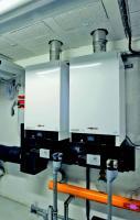 Dans chaque chaufferie, deux chaudières gaz à condensation (de 60 à 100 kW) assurent la relève des PAC gaz à absorption.